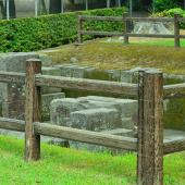 【反射炉跡】反射炉は鉄製の大砲を鋳造するために築かれたもので、今はその土台だけが残っています。