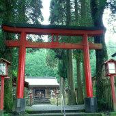 【和気神社】薩摩藩島津斉彬が日向国・大隅国を視察した際に、犬飼滝付近に籠をとめ、一本の松を手植えしました。その後、八田知紀に命じて和氣公遺跡を調べた結果、現地中津川犬飼滝付近と確定され、明治・大正期に遺跡碑等が建立されました。