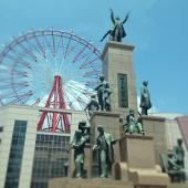 【若き薩摩の群像】1865年の薩摩藩英国留学生19名のうち薩摩藩出身の17名を銅像にしたもの。制作は昭和57年3月31日。高さ12.1メートル(台座9.49メートル)。制作者は中村晋也。