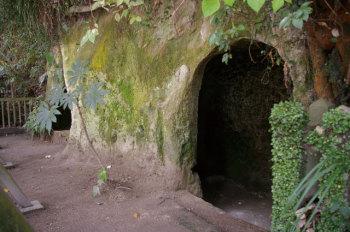 城山にのこる洞窟